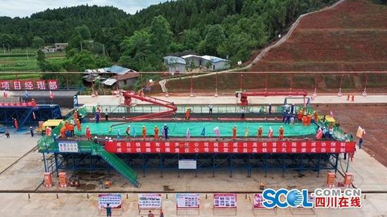 成(都)自(贡)高铁首孔箱梁成功预制 预计10月开始架梁