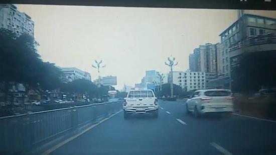 袁师傅行车记录仪拍下的警车为病患开道