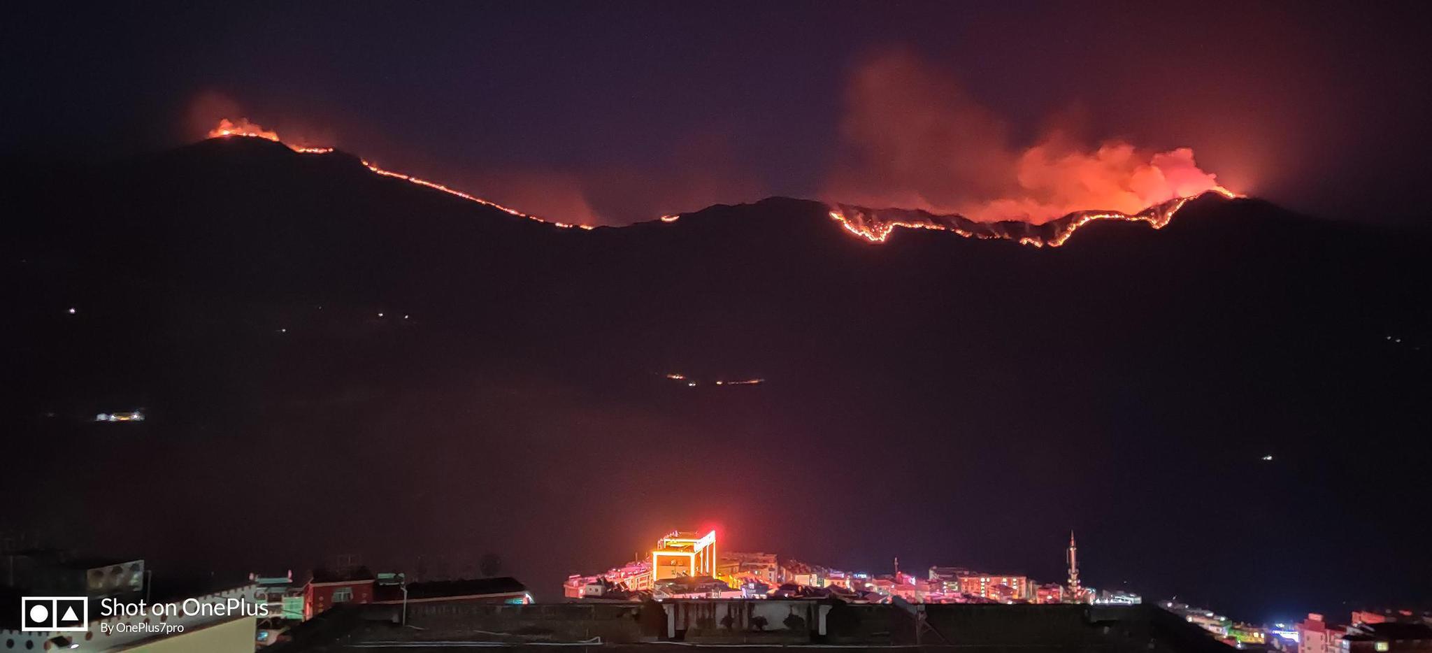 四川木里发生森林火灾 居民:可见延绵明火 火势比头天晚上大