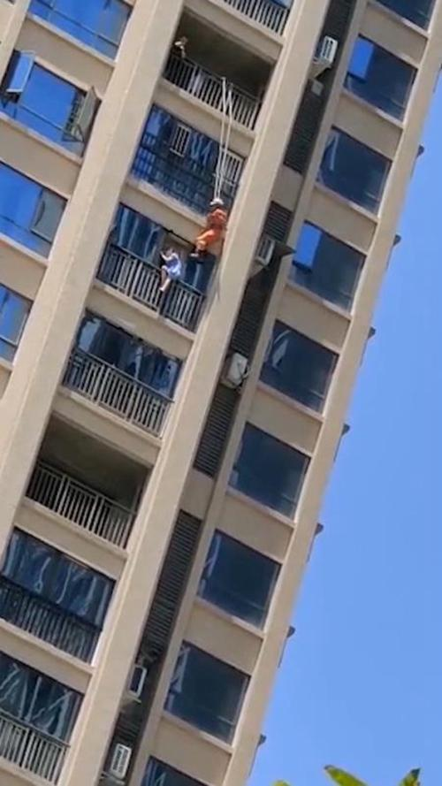 南充南部县一女子欲跳楼 消防从18楼跃下一脚踹回屋里