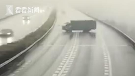 货车高速上逆行掉头横在路中央 引多车连环相撞