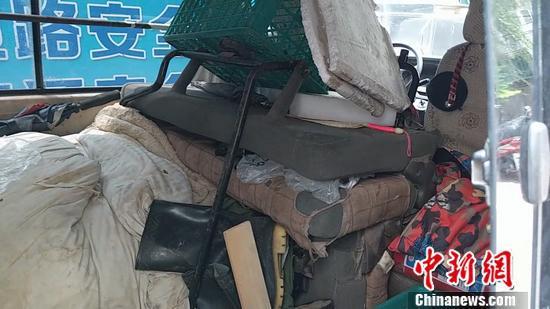 北京朝阳区丽景苑的僵尸车,车内堆满杂物。张旭 摄