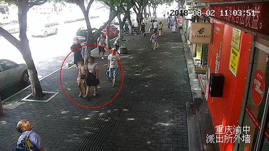 监控拍下姐妹俩出现在重庆街头。 本文图均为 渝中警方 供图