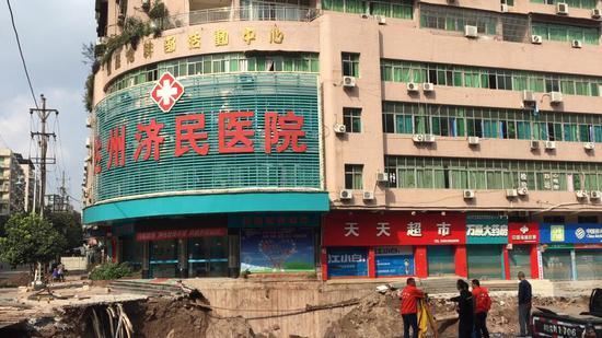 救援结束后,专家在现场勘测。澎湃新闻记者 王鑫 图