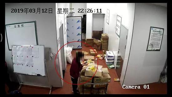 △库房监控视频显示,有人将姜黄粉撒在鸡腿肉上拍照