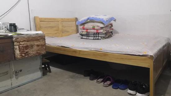 邹平在宿舍的床铺。 新京报记者 程亚龙 摄