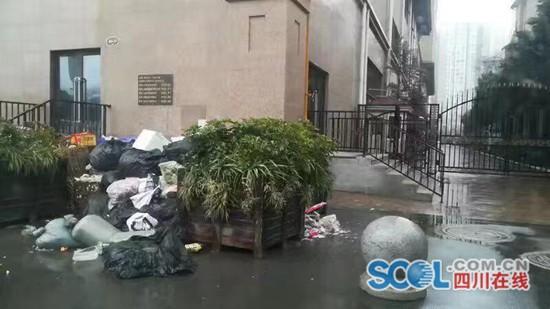 网友反映:小区门口堆放垃圾太臭了