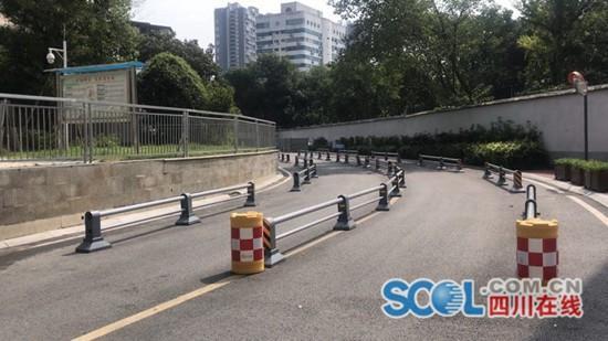 小区外车辆乱停放追踪:马路两边已加装护栏