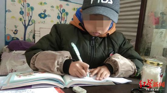 正在写字的杨东