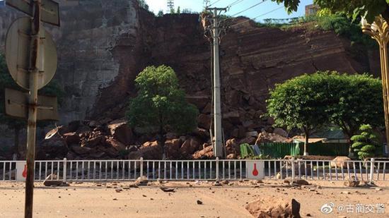 四川古蔺县城中心一加油站附近垮塌