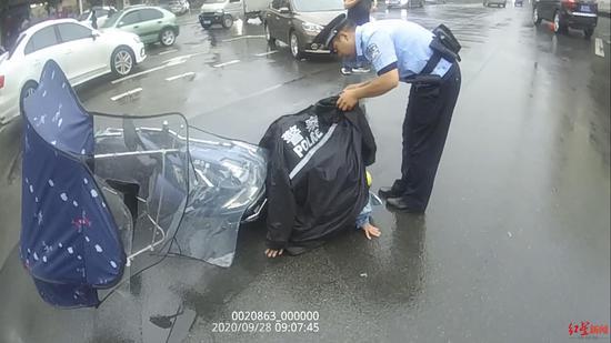 """下雨天""""偶遇""""交通事故 他脱下警用雨衣为女伤者挡雨"""
