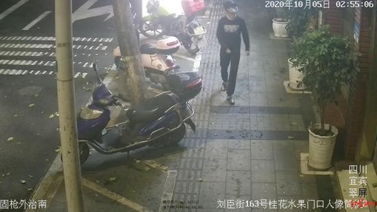 嫌疑人张某盗窃监控视频截图