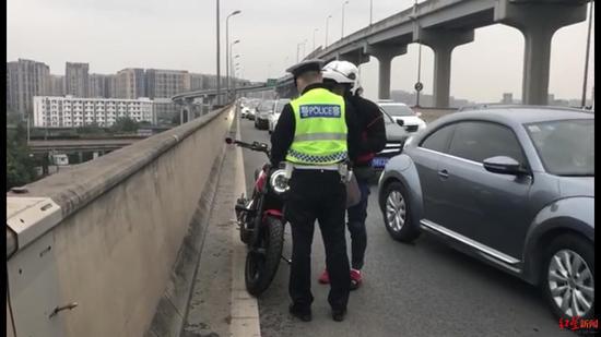 摩托车违禁入高架被交警查获