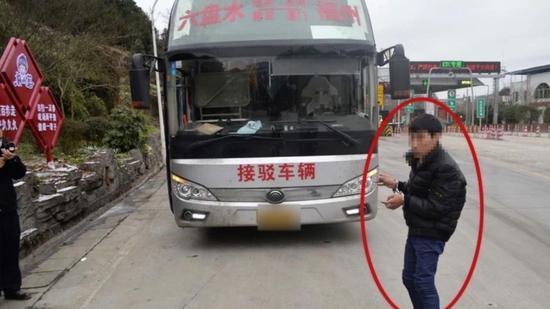 """大巴司机遭乘客暴力砸头 安全驾驶不能只靠""""临危不惧"""""""