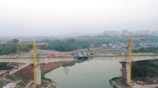 川南城际铁路自宜段最大跨度现浇连续梁合龙