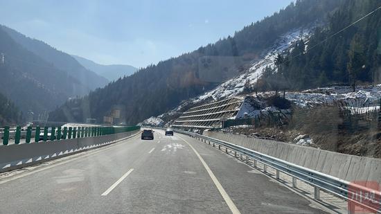 穿行川西高原的雪域高速。王眉灵摄
