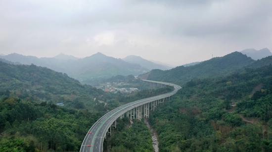 仁沐新高速马边支线即将通车,是首条深入小凉山腹地的高速公路。四川交投集团供图
