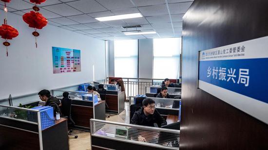 眉山乡村振兴局的工作人员在办公。受访者供图