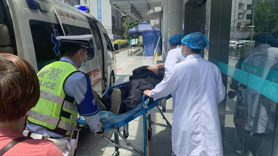 高速交警为生命开道 七旬老人受伤昏迷亟待抢救