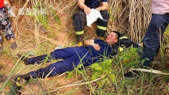 暖心!消防员救援累瘫 成都嬢嬢帮忙扇风降温