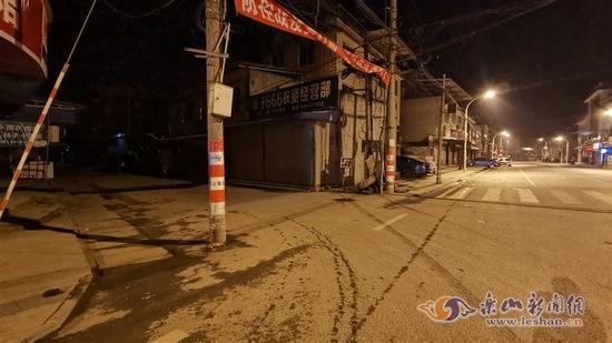 乐山牟子镇十字路口天然气泄漏 肇事人弃车逃逸