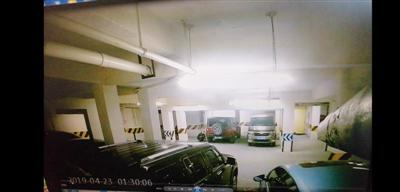监控画面显示,一男子在车旁的举动十分可疑