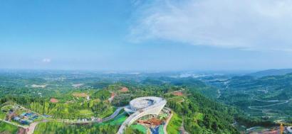 站在丹景山观景台能远眺三岔湖。