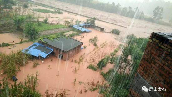 宜宾中都镇洪水造成多处公路受损 电力、通讯中断