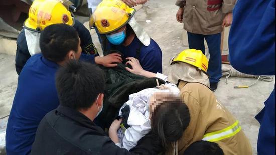 泸县少女掉入26层电梯公寓烟道 卡在20层后获救