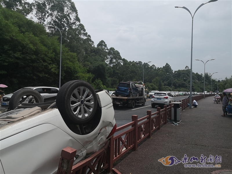 乐山绿心路三车相撞 一车四轮朝天车主受伤