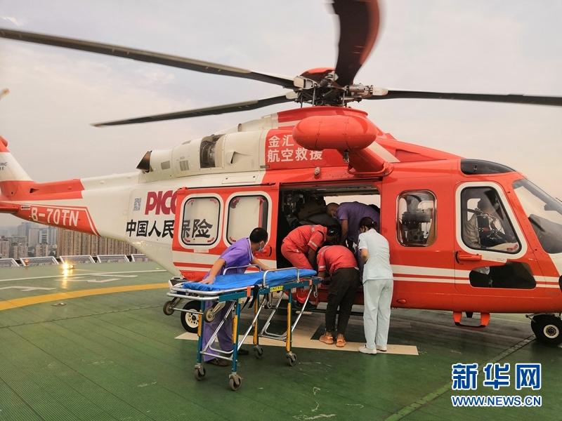 8月13日18:05,搭载着患者的救援机顺利降落在成都港泰通航大厦。