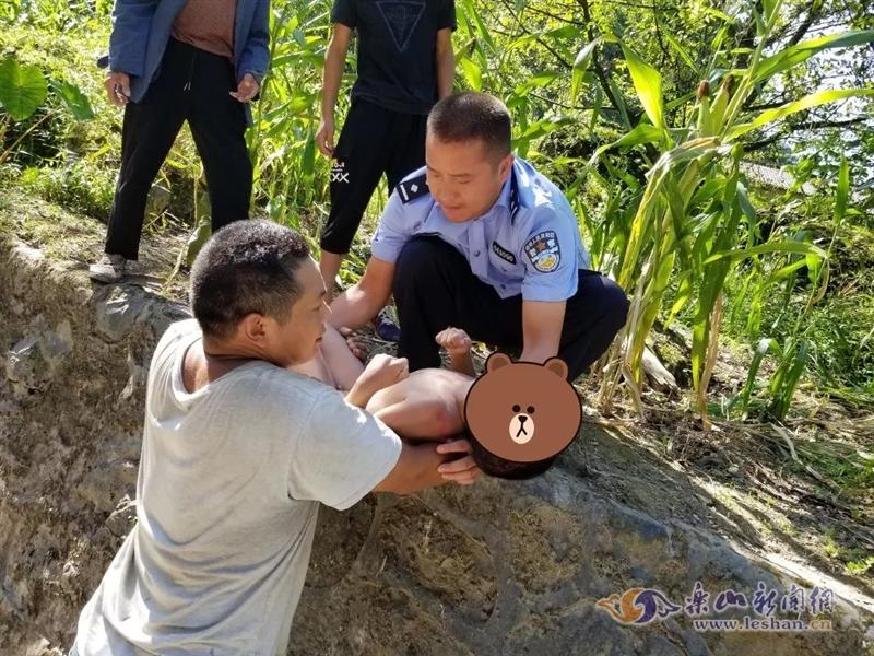 乐山8岁小孩为捡河中鞋子险丧命(图)