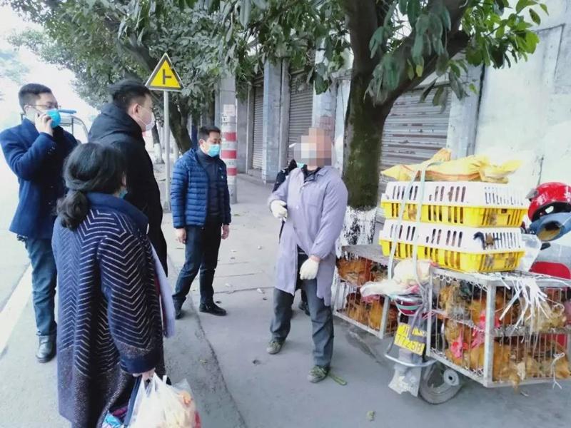 乐山男子骑着摩托车沿街销售活禽被查