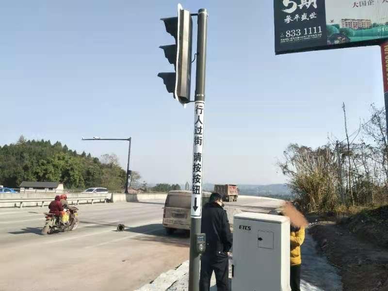 """投用三月事故率降低61.5% 广安首套感应式红绿灯系统""""亮了"""""""
