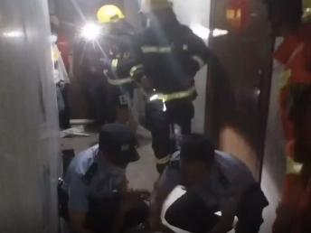 男子因情感纠纷欲自杀 自贡民警消防联手救援