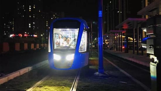 有轨电车蓉2号线非首开段展开调试 行人车辆请注意这些安全事
