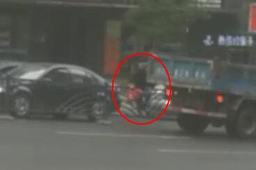 图方便 自贡老人铤而走险穿车流翻护栏被卡住