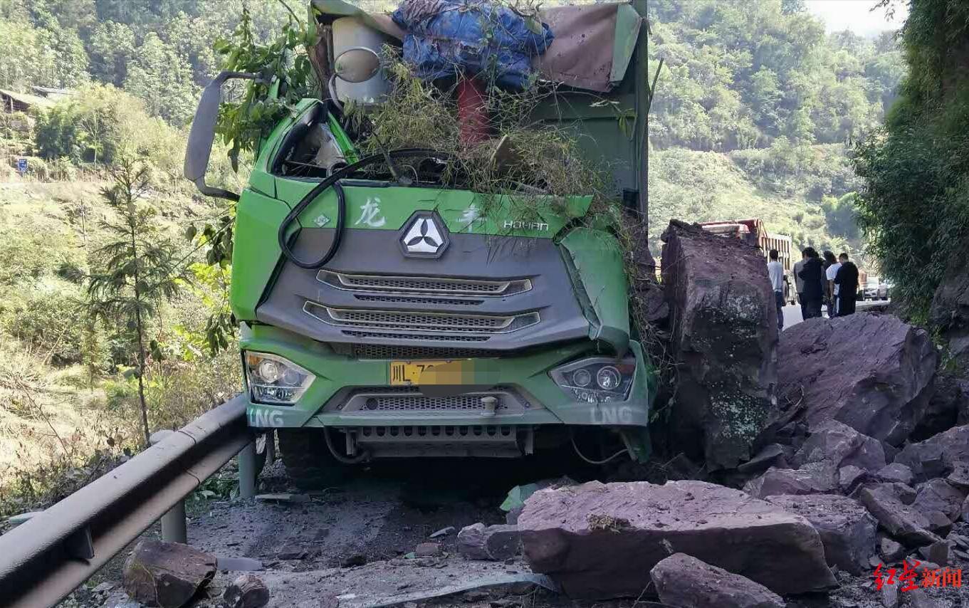 国道348线一处突发山石滚落 路过货车司机被砸中当场身亡