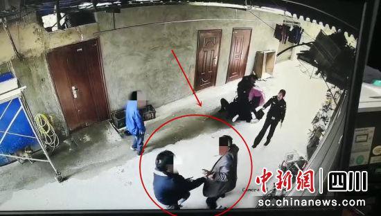 两男子当街持刀棍对峙 女警英勇劝阻