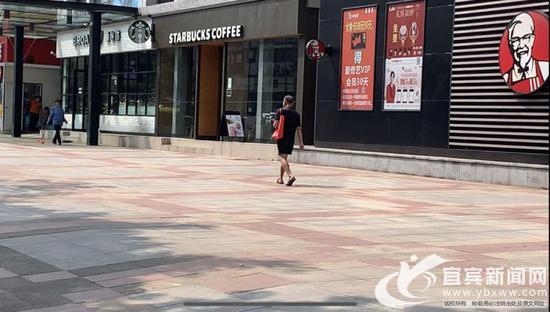 """最近几天,街头市民穿着普遍""""清凉""""。(宜宾新闻网 潘一豪 摄)"""