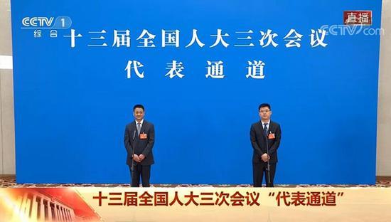 """四川岫云村党支部书记李君亮相""""代表通道"""":要让世界看见岫云村的幸福"""