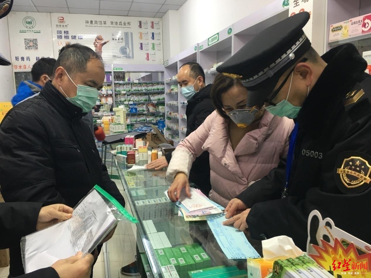 ↑曾扬(左一)在骨折后检查药店