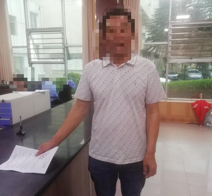 网友微博举报男子无证驾驶 交警:情况属实,严查!