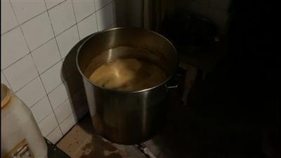灶上放了一个装有油的铁皮桶,油色红褐