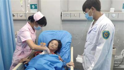 凌晨把骨折母亲送到医院又悄悄离开的儿子 请你速回医院