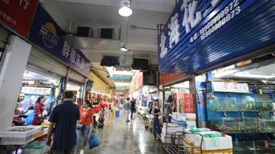 市民在青石桥海鲜市场购买海鲜