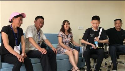 小新(右二)与亲生父母、养父母坐在一起