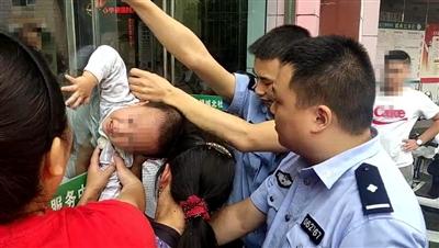 险!4岁男童头卡玻璃门缝隙 民警拆门救人
