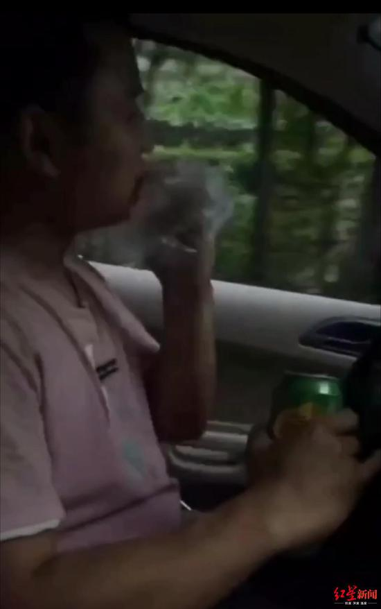视频中他边开车边喝酒啃卤鸭