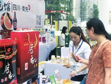 市民现场参观购买产品。